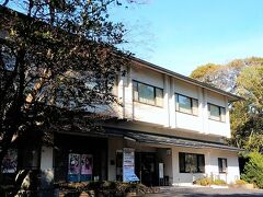 そして、すぐ近くに見えた近江勧学館。 建物の表には映画「ちはやふる」のポスターが貼られていたり、競技かるたの名人位・クイーン位決定戦の日程紹介などがありました。