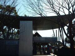 京阪電車に戻り近江神宮前駅から乗車、終点坂本比叡山口駅に着きました。 駅入り口の屋根の形、年末に行ったJR宇治駅の屋根と似ています。 昔の建物のイメージでしょうか。