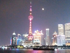 浦東側の夜景 東方明珠塔はイルミネーションが色々変わってきれいでした。 今は赤いイルミネーションが・・・