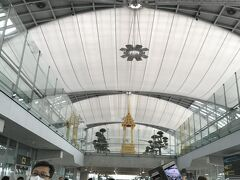 おしゃべりしてるとあっという間! 一旦バンコクの空港に降り立ちます。 わーい、初めてのタイ。バンコク!大きくて綺麗な空港!