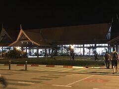 シェムリアップ空港に到着!!! アライバルビザを取るべく駆け込む。がすごい人人人。。。。 主に中国人が多かった。あとは欧米系がちらほら。 日本人はあまりいなかったかも?  アライバルビザは30ドルくらいだったかな。 カンボジアはドルが流通通貨。ビザは流れ作業、そして呼ばれる名前に挙手で応答してパスポートをもらう光景はもはやセリ。  入国審査も時間がかかります。 ひどい人に当たると審査してる最中に弁当食べ出したり。ひどいもんです。  ちなみにこの不満を次の日から単発ツアーで申し込んだガイドさん(カンボジア人)に言うとそれは賄賂を要求してたのかもと。 悪い習慣だと怒っていた。。