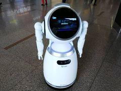 昆明空港のロボット とくにかまうこともせず、写真だけ撮る。 両替カウンターは空港の隅にひっそりとあります。