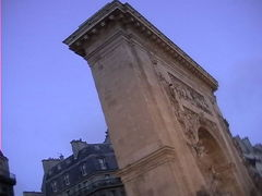 パリにある5つの門で一番古いサンドニ門。