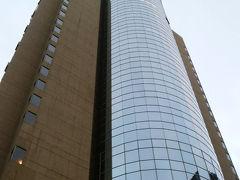 地下鉄2号線で世紀大道駅へ。今回お世話になるインターコンチネンタル浦東ホテルは12号出口から徒歩5分ほど。 高層ホテルで全体が写りません。