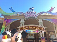 """おはようございまうす! 2019年1月11日、午前11時。 今年度最初の旅行記は、雲1つない晴天の東京ディズニーランドからスタートです!  昨年の4月15日から始まった、東京ディズニーリゾート35周年""""Happiest Celebration!""""も残りわずか。 今日は、この日から始まったグランドフィナーレを楽しむべく&一緒に上海旅行に行ったSちゃんの誕生日記念ということで、生ぬる~く楽しみたいと思いますっ♪"""