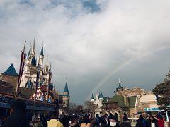 15:00  外に出たら大きな虹が♪  欠けることのない、完全に半円になった綺麗な虹でした。  シンデレラ城を入れてなんとか撮ってみたけど、どうでしょうか?  先輩は「ディズニー映画の最初に出てくる、お城に虹がかかるアニメーションみたい!まさかホントにここで見れるなんてなんかスゴイ!!」ととっても喜んでました(>▽<)
