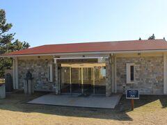 潮岬の先端にある休憩所、「潮風の休憩所」。 潮岬のスタンプがありました。  潮岬に関する案内展示のほかに、「木曜島」に関する資料が展示されていました。
