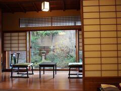 部屋は広縁付きの和室 入ると素敵なお庭が見えましたよ。 ちゃんとしたお風呂も一応ついています。  他のお客さんが来る前に温泉を堪能しよう!と急いで着替えていきました。