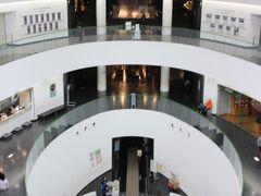 チェックアウトして、恐竜博物館へ。 芦原温泉からだと1時間くらいかしら。 途中までキレイな道ができてるのでそこまで時間はかからないかも。 大きな建物の中には長いエレベーター。