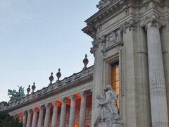 像の後ろに写っていた建物が、国立美術館のグラン・パレ。 1900年パリ万博のメイン会場として建てられたもので、フランス人に大人気の美術館です。 残念ながらこちらは、ミュージアムパスが利用できる施設一覧には記載がありませんでした。