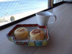 さぁ、お茶菓子をいただいちゃおー♪ 知多で有名な(←ワタシは知りませんでしたが…)千鳥のチーズケーキ、よくあるチーズケーキとはちょっと違う感じですが ちっちゃくてほんわほわ。  たぶん 市太樓アルザス http://www.alsace55.com/