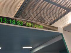 時間によっては430km/hまで出るらしいですが、いつ乗っても300km/hどまりです。新幹線と一緒じゃん!と突っ込みたくなるけれど、「リニア」という看板が大きな効果を持っていると思う。