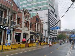 上海の中心部の大通り。地下鉄南京西路駅を上がったら、レンガ造りの町並みが現れました。きれいになったものです。