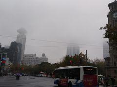 上海の中心部の人民広場付近は雨雲が低くたれこみ、霧の上海になっています。これまたきれい。