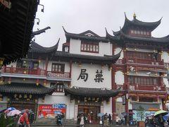 上海の人民広場から少し南に歩いたところ、豫園があります。昔ながらの中国の建物。豫園です。見ていて、素晴らしいものです。