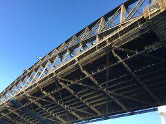 ハーバーブリッジも真下から見ると迫力満点です