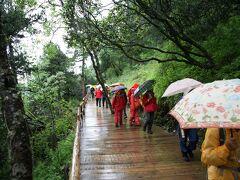 さて、黄龍観光スタート。 午後になって天候が崩れ、雨がシトシト。それにしてもこんな辺境の地で、傘やカッパの行列が遊歩道にあふれかえってました。