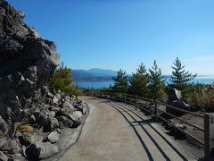 観光バスが停まっていたので停車。  ゴツゴツした溶岩の合間に遊歩道があり海が見渡せる。