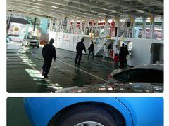 ナビが示したフェリー乗り場は貨物専用で、警察官に聞くハメに。  誘導に従って乗船。マイパッソは重りで固定される。  料金は桜島側で支払うよう。大人2人+車1台¥1320。