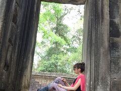 象のテラス近くの窓(?)  パブストリートで買ったカンボジアのおズボンが大変お気に入りです 涼しくって肌にはりつかなくてとてもよい