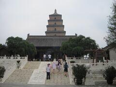 大雁塔とは、西遊記で有名な三蔵法師がインドから持ち帰った経典や仏像を保管するために建立した塔とのこと。