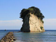 再度、高速に乗って、のと里山空港ICで降りたら、地道に下道を走って見附島へ、島の形が大きな軍艦のような形をしているところから、別名「軍艦島」とも呼ばれているそうです。