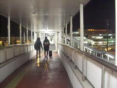 右奥の建物がフェリーのターミナル。