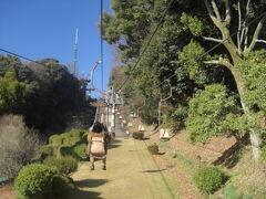 リフトに乗って松山城へ。  スタッフさんたちがハカマやハッピを着ていて素敵。愛媛は観光に力を入れてるんだなぁと思う。