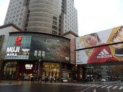 無印良品のフラグシップ店のようなものも。  日本のお店も多数進出していますね。