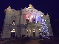 買い物をしてたらあっという間に時間が経ち、17:00開演のオペラなのに劇場に着いたのは16:50でした。  マーヘン劇場。この季節は劇場の前にクリスマスツリーが輝いてました。1882年完成。
