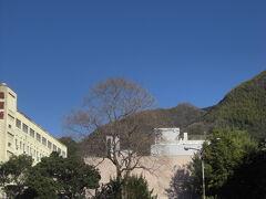 松山から伊予鉄バスで350円くらいで行ける。  ただ行きも帰りも本数が少ないので調べてから行きましょう。 http://www.iyotetsu.co.jp/sp/rosen/iyotetsu/meisho/  バス停 奥道後からすぐ。