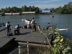 バンコクからバスに揺られ2時間から3時間。クウェー川、ここからボートに乗る。