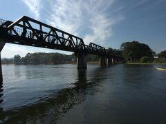 しばしボートに乗りながら橋を見る。