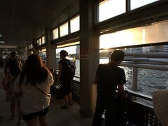 サトーン船着場。  ツアー解散後、BTSに乗ってからライトアップされたワットアルンを見に行くことを思い立ちサパーンタクシン駅で降りる事にした。