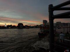 ボートを降りてチャオプラヤー川夕焼け。
