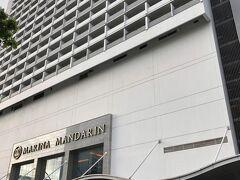 空港からタクシーで宿泊先のマリーナ・マンダリン・ホテルへ。翌日からの仕事場がマリーナ・ベイ・サンズなので、そこから近くで、MRTの駅も近くて、買い物や食事にも便利で、ついでにマリーナ・ベイ・サンズが見えるホテル…ということで選びました。大きなホテルです。
