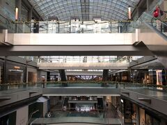 マリーナ・ベイ・サンズの広大なショッピングモールを横目に見ながら…