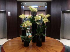 外へお出かけする前に、「プール」を覗いて来よう~♪。  「エレベーターホール」は豪華な花で飾られています。