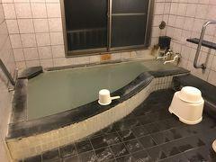 そのカルナの館にある貸切風呂。 含硫黄ーナトリウム・カルシウムー塩化物泉〔硫化水素型〕 高張性・中性・高温泉)75度の天然温泉です。  温泉ぽい香りたまりません。 長く入ってると湯あたりしそう~。  金太郎温泉のイメージ写真にある大きな風呂はこちらのカルナの館にあるんですよね~。ホテルよりたくさん種類があるので 色々楽しみたい方はこちらまで来るといいでしょう。