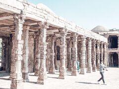 まずは回廊です。  この回廊はヒンドゥー教の大回廊。 柱のガネーシャの顔が削り取られているのは有名ですね。イスラム王朝による破壊の爪痕です。  ひとつひとつの柱が少しずつ違う装飾で、全てを眺めるのも楽しいだろうに・・・時間が無くて駆け足です。
