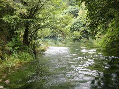 川の流れが速い孔雀河。
