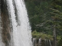 轟音と共に流れ落ちる滝は圧巻。