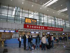 さて、成都へ戻るために九寨溝黄龍空港へ。 私たちの乗る飛行機は午後8時15分発の中華国際航空CA4486便。1時間前に空港へ到着し、余裕のチェックイン。 しかし、フライト情報の掲示板を見たら、遅延の表示。 とりあえず、セキュリティーチェックを受けて待合室で待つことに・・・。 すでに到着していた四川航空の成都行き、中華東方航空の重慶行きがちょっと遅れながらも出発。CA4486便は出発予定時刻を過ぎても、まだ成都から到着してない様子。 なんと、空港付近の大気の状態が悪いらしく、様子を見て成都を出発するとのこと。成都から九寨溝黄龍空港までは45分ほどだから、天候が回復するのを待った成都から向かって来ると言うのですが・・・。 ま、九寨溝黄龍空港は海抜3,500mにあるから、ちょっとした天気の変化でも発着できないことがあるとのこと。実は、空港を建設するとき、風の影響を受ける恐れがある山を切り開くはずだったのですが、この山がチベット族の聖なる山だったため、そのまま残され、そのため横風が発生しやすいとの説明でした。