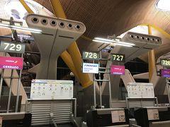 空港には7:00過ぎに到着したものの、チェックイン手続きが7:50まで始まらず、待ちぼうけ。