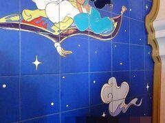 アラビアンコーストでは、マジックランプシアターに行きたかったけれどだいぶ待たなければならなかったようなので、ジャスミンのフライングカーペットに乗ることにしました。 壁の絵を見て、映画にドはまりした昔を思い出しました(^^)