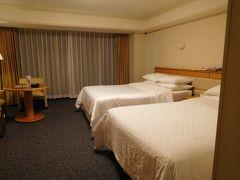 22:25  ホテルのお部屋に到着。  今回はマリオットのサイトから直接予約したので、ゴールドエリート特典でスタンダードルームからグランデルームにアップグレードされました。