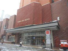 途中に旭山記念公園に寄る予定が雪のため閉鎖なのでホテル直行です。自然ですから。仕方ないです。 札幌東急REIホテル泊。吹雪きです。