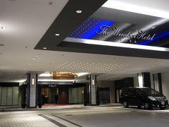 ウインザーホテル玄関。 道央自動車道・虻田洞爺湖ICとJR洞爺駅からそれぞれ車で約15km、周囲を見渡す高台に建つ上品で格式あるリゾートホテル。吹き抜けになった高い天井にシャンデリアを設えた優雅なロビーラウンジを備える同ホテルは、サイロ展望台まで車で約7kmの距離にある。