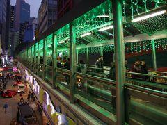 飛行機は21時過ぎに出発しますが時間はこの時まだ17:30。 KHちゃんが香港人の生活がみてみたいと言っていたので、ミッドレベルエスカレーターに案内しました。 上に登って行きます。