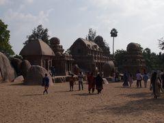 ファイブラタに到着します。 ここも世界遺産の構成遺産。 もともと大きな一つの花崗岩から掘り出された5つの石彫寺院があります。 ここにある5つの寺院は南インドの寺院の元となったものと言われています。 7世紀に掘られたこのファイブラタは最近まで砂に埋もれていたため海岸寺院よりいい状態で残っています。